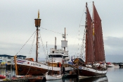 Alte Schiffe im Hafen von Husavik